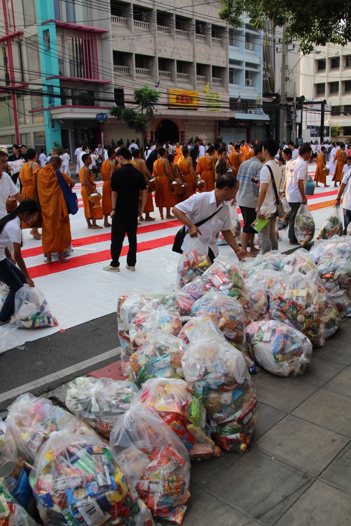 Bangkok - Mass Alms Giving in Thonglor / Sukhumvit Soi 55 LIII