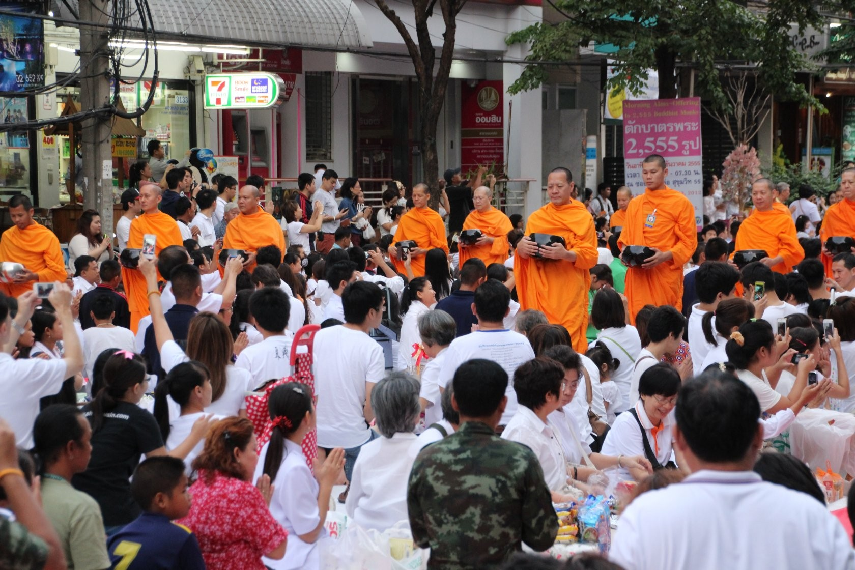 Bangkok - Mass Alms Giving in Thonglor / Sukhumvit Soi 55 V