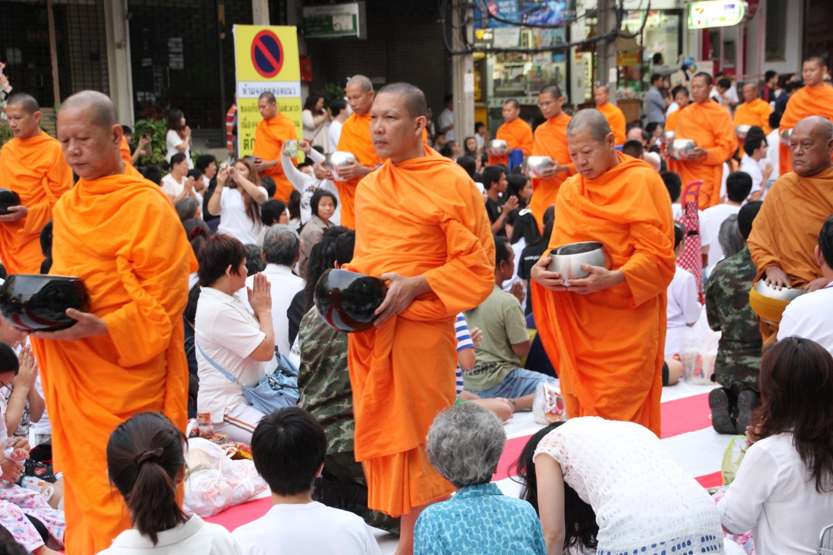 Bangkok - Mass Alms Giving in Thonglor / Sukhumvit Soi 55 VIII