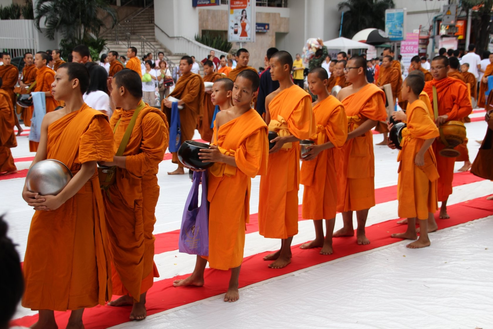 Bangkok - Mass Alms Giving in Thonglor / Sukhumvit Soi 55 XLIX