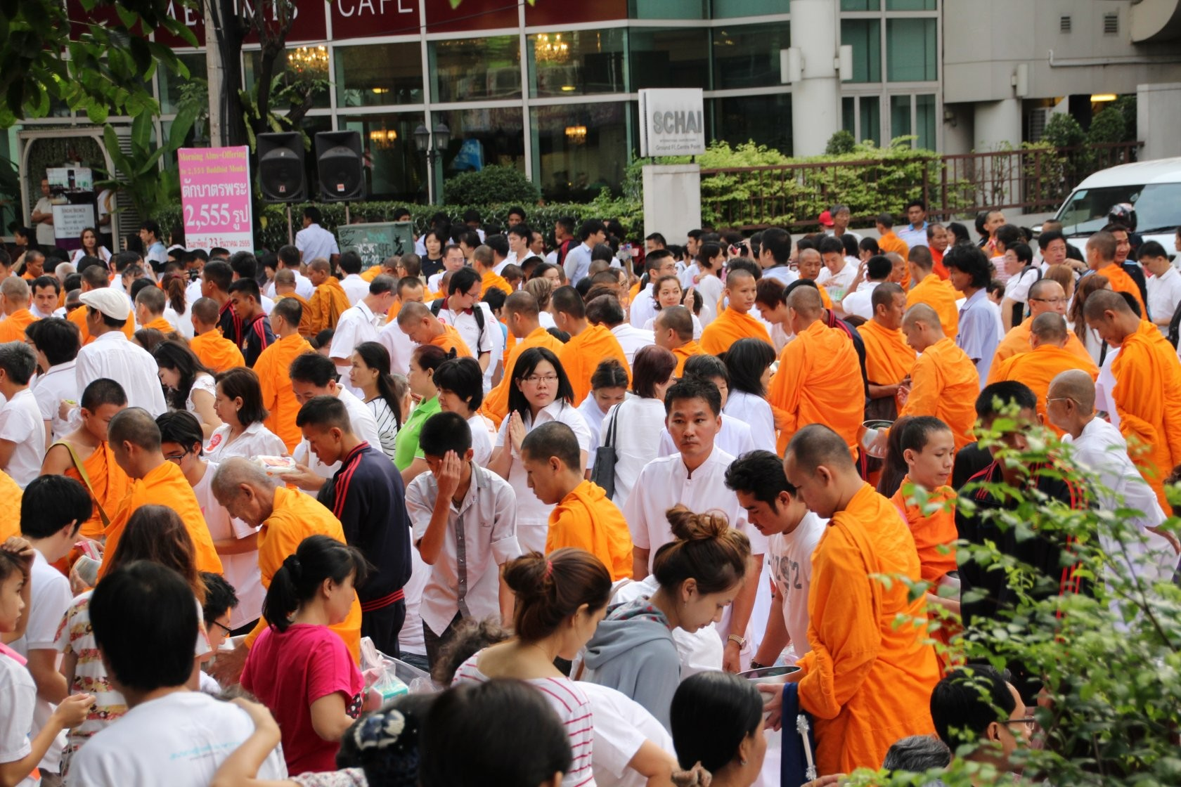 Bangkok - Mass Alms Giving in Thonglor / Sukhumvit Soi 55 XXXVII