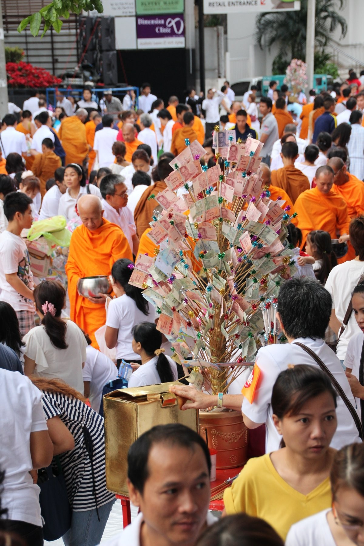 Bangkok - Mass Alms Giving in Thonglor / Sukhumvit Soi 55 XXXIX