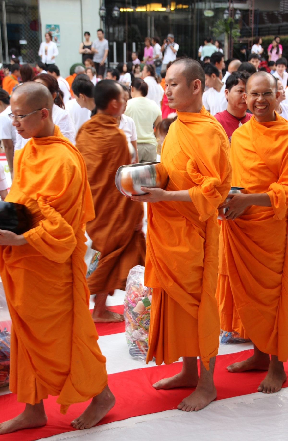 Bangkok - Mass Alms Giving in Thonglor / Sukhumvit Soi 55 XLIV
