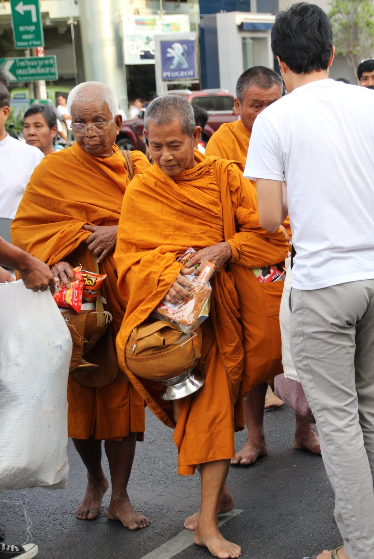 Bangkok - Mass Alms Giving in Thonglor / Sukhumvit Soi 55 LIX