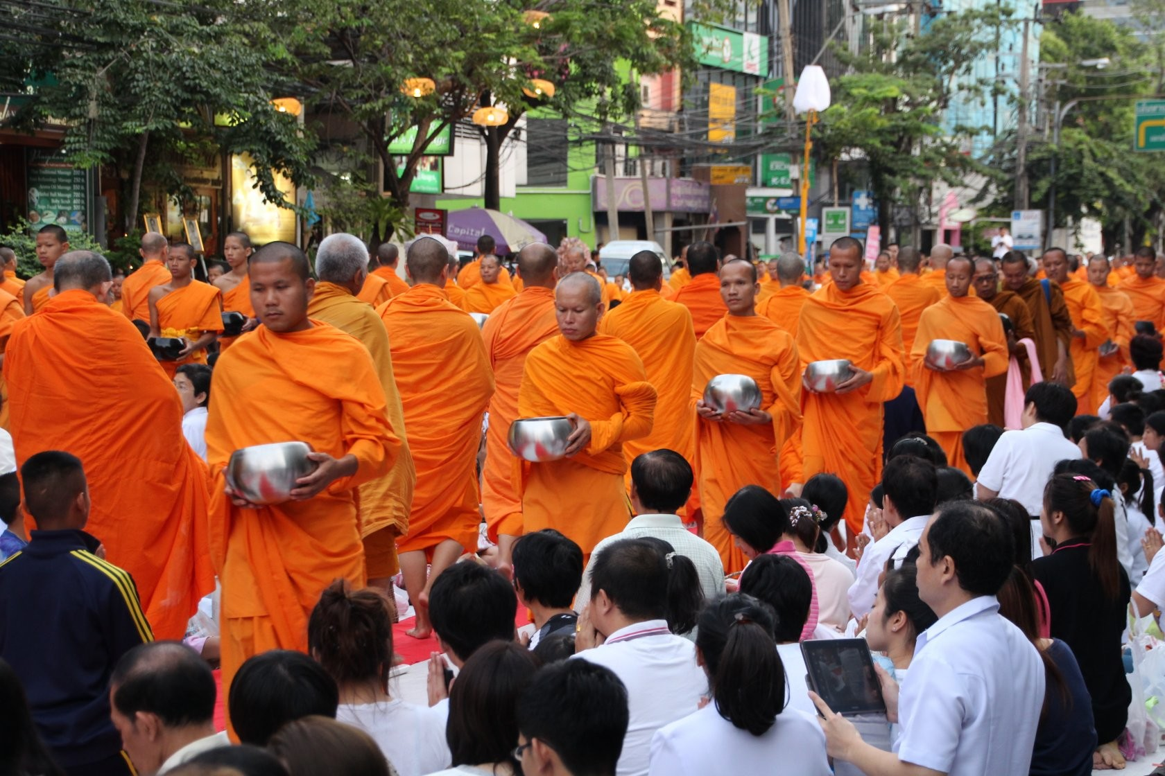 Bangkok - Mass Alms Giving in Thonglor / Sukhumvit Soi 55 XVIII