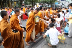 Bangkok - Mass Alms Giving in Thonglor / Sukhumvit Soi 55 XXXIII