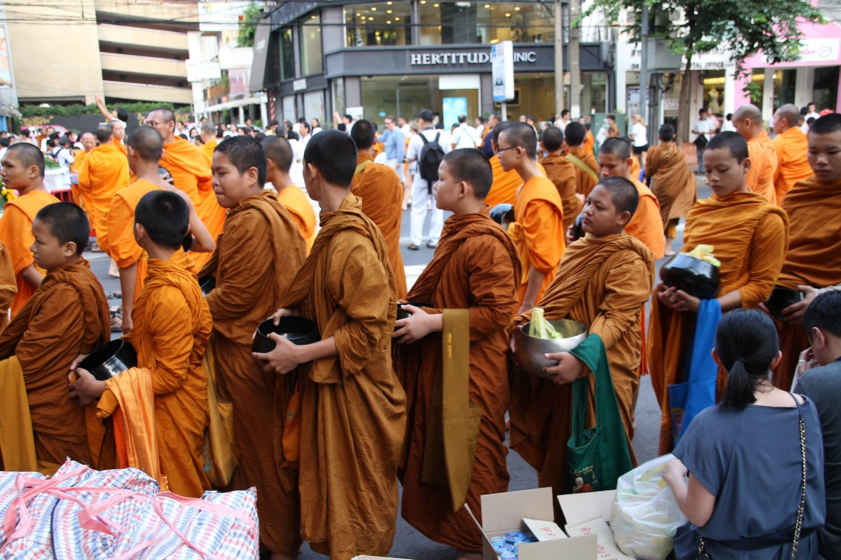 Bangkok - Mass Alms Giving in Thonglor / Sukhumvit Soi 55 XXXI
