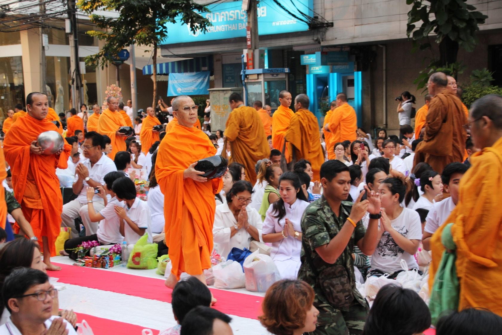 Bangkok - Mass Alms Giving in Thonglor / Sukhumvit Soi 55 XVI