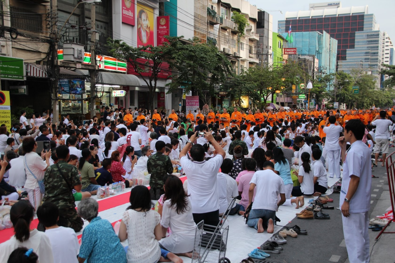 Bangkok - Mass Alms Giving in Thonglor / Sukhumvit Soi 55 IV