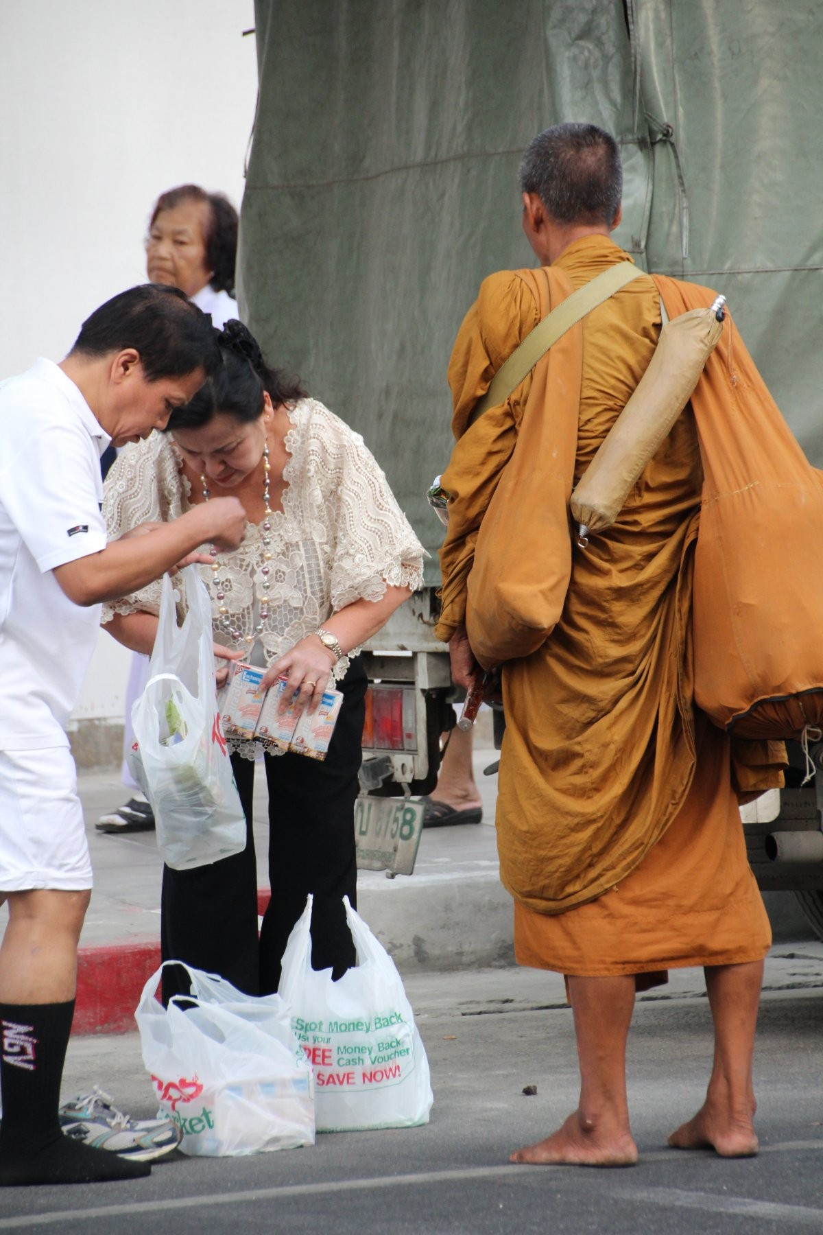 Bangkok - Mass Alms Giving in Thonglor / Sukhumvit Soi 55 LX