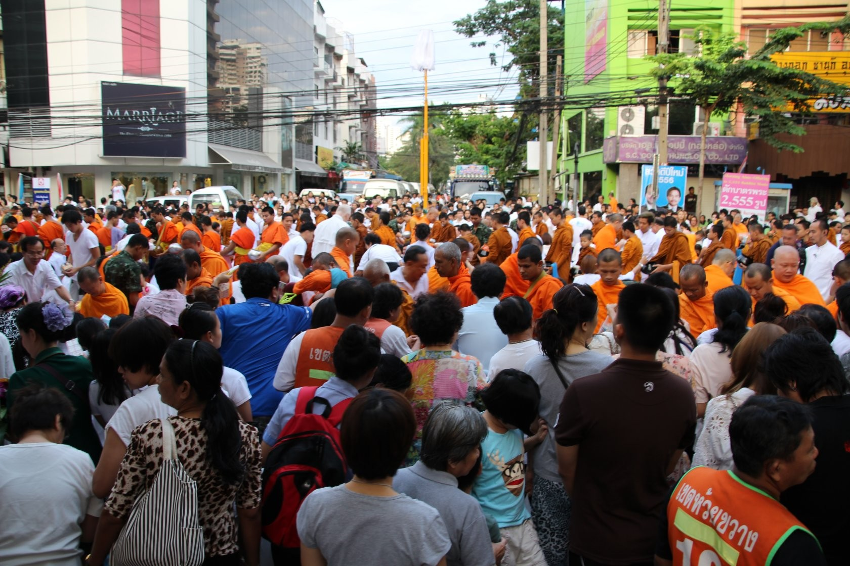 Bangkok - Mass Alms Giving in Thonglor / Sukhumvit Soi 55 XXVIII