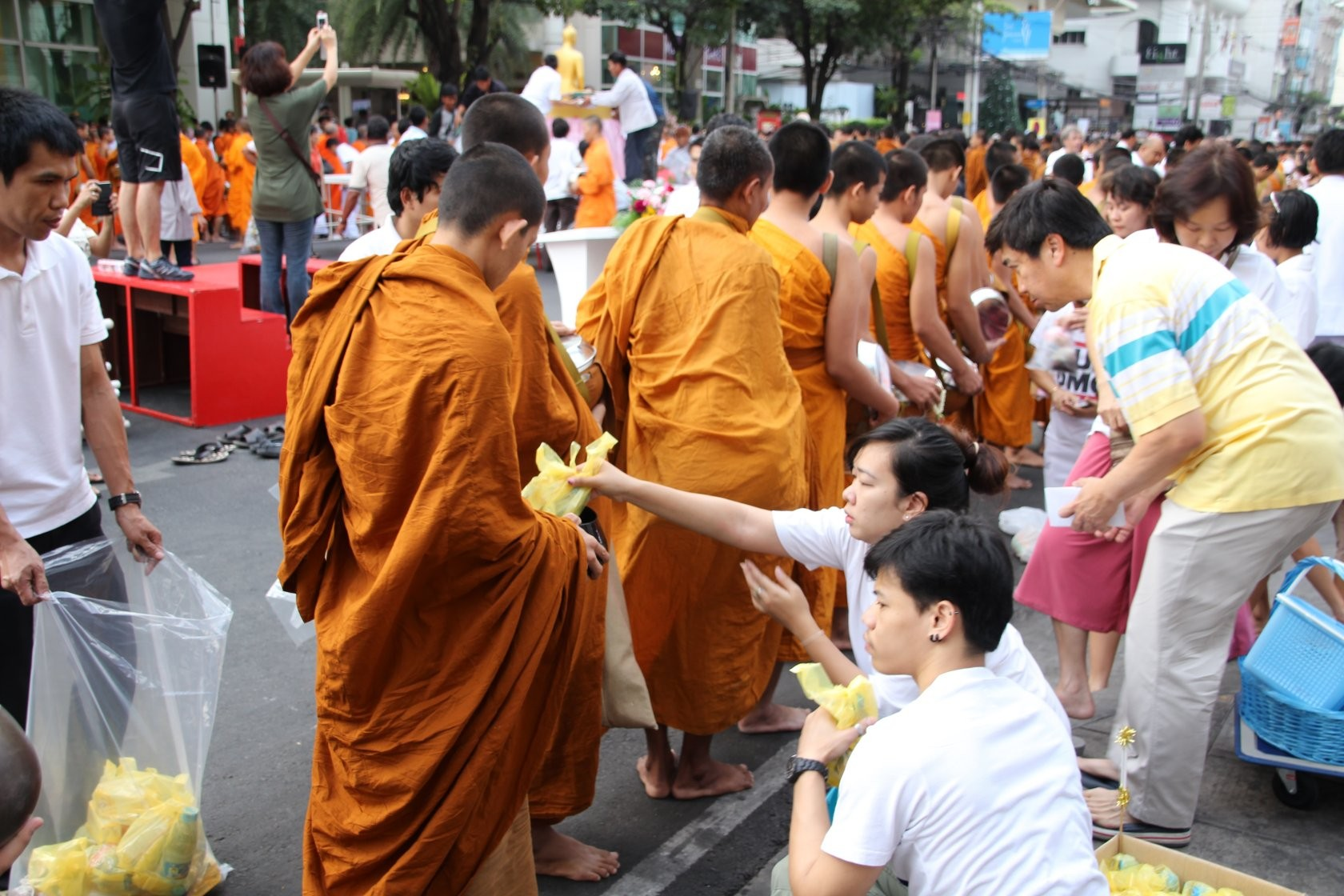 Bangkok - Mass Alms Giving in Thonglor / Sukhumvit Soi 55 XXXIV
